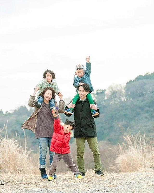 そうだ!家族写真を撮ろう。3歳と5歳の七五三記念に着物じゃないけれど遠く離れて暮らすおじいちゃん おばあちゃんたちへいつもの家族のカタチそのままで。#そうだ家族写真を撮ろう#出張撮影#ロケーションフォト#写真好きな人と繋がりたい#写真撮ってる人と繋がりたい#湘南#農園#farm#家族写真#記念日#七五三記念#七五三#子ども写真#家族のカタチ#葉山#kidsphotography#familyphotography (Instagram)