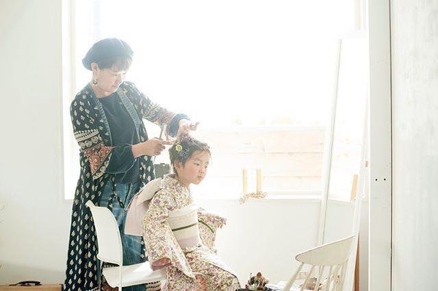 @miccakanzaki さんがヘアメイクするまわりにはいつも ふんわりとやさしい空気感が流れているので 大好き。#ヘアメイク#出張撮影#ロケーションフォト#ラボネットワーク#写真好きな人と繋がりたい#写真撮ってる人と繋がりたい#鎌倉#bornfreeworks#湘南#wedding#和装前撮り#七五三#東京カメラ部#葉山 (Instagram)