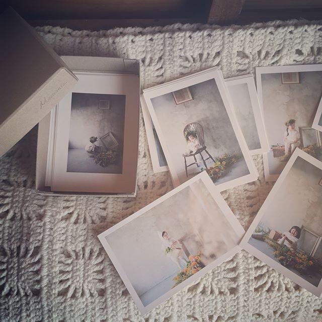 古紙のようなぬくもりのある紙焼きの写真。いつもお世話になっているブックの業者さんから出ていたのでイベントの際に 使わせていただいています。余った箱がこれまた可愛らしくて使い勝手が良いのです。「白と海の写真館」のデータ全てオンラインにて送らせていただきました!紙焼きプリントとDVD-Rはもうしばらくお待ちください。#出張撮影#紙#写真プリント#ラボネットワーク#bornfreeworks#子ども写真#アルクウミスタイリング#鎌倉#湘南#kidsphotography (Instagram)