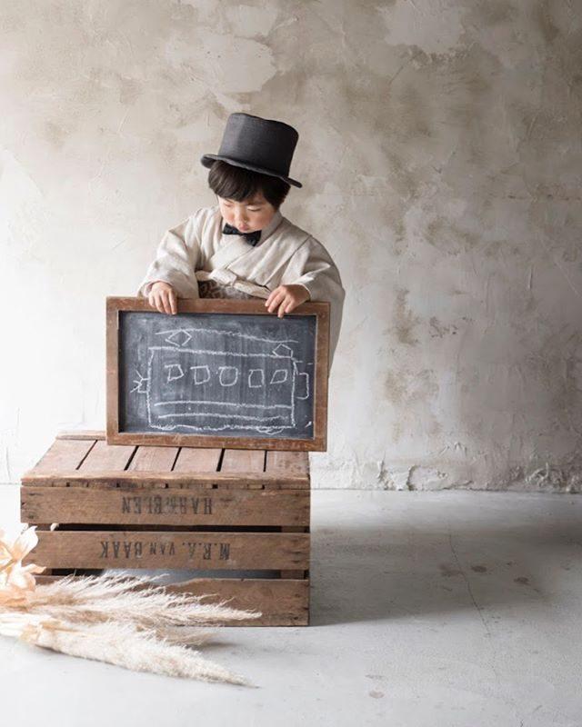 なんと!アルクウミさんが 七五三用のオリジナル着物作っちゃいましたー!5歳は袴じゃないんです。店内撮影のみですが夏の暑い時期でも七五三撮影が可能に。撮影のお手伝いさせていただきます。詳しくは @alku_mi さんまで。#出張撮影#アルクウミスタイリング#七五三前撮り#七五三#着物#5歳#写真好きな人と繋がりたい#写真撮ってる人と繋がりたい#湘南#鎌倉#子ども写真#ハンドメイド子ども服#ハンドメイド着物#アンティーク (Instagram)