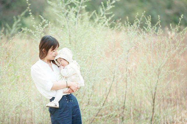 オリーブの若葉と親子#出張撮影#農園#ロケーションフォト#写真好きな人と繋がりたい#写真撮ってる人と繋がりたい#湘南#親子写真#babyphotography#kids#子ども写真#1stbirthday#葉山#東京カメラ部 (Instagram)