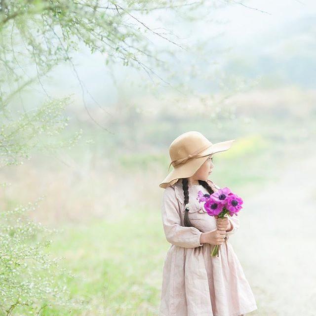 anemone.@___kanuu___ さんのカタログ用撮影。オーガニックや質感を大切にしたちょっと特別な日のお洋服ということで撮影に選んだ場所も無農薬野菜を育てる農園を選びました。#出張撮影#オーガニックコットン#farm#kidsfashion#キッズモデル#ロケーションフォト#カタログ撮影#写真好きな人と繋がりたい#写真撮ってる人と繋がりたい#東京カメラ部#湘南#オリーブ#前撮り#ハンドメイド子ども服 (Instagram)