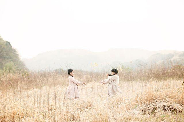 農園での 一期一会。黄色い花と一緒にものがたりを残せたのはほんの2週間ほどでした。週末は どんな景色が待っているかなー♪@___kanuu___ #出張撮影#ロケーションフォト#写真好きな人と繋がりたい#写真撮ってる人と繋がりたい#farm#農園#湘南#子ども写#kidsphotography#お誕生日#birthdayphoto#キッズモデル#葉山#ハンドメイドこども服#ハンドメイド#オーガニックコットン#カタログ撮影 (Instagram)