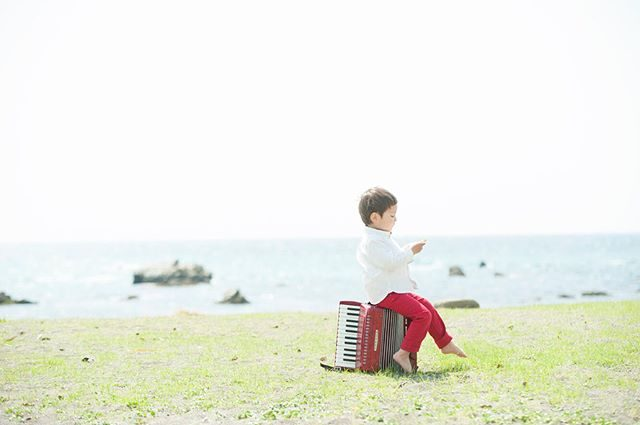 山梨の廃校から譲り受けた長椅子とアコーディオン使わせていただいています。喜び溢れる家族の記念からまた 誰かの喜びにつながるといいなぁ〜 という願いと@towa_246 さんが活動されている旧大須成小学校再生プロジェクトのお手伝いができればという気持ちから「長椅子基金」はじめました。譲り受けた小道具を使わせていただいた際は撮影料金から毎回ほんの、、ほんの少しですが「長椅子基金」に当てさせていただいています。廃校再生プロジェクトに興味がある方ゴールデンウィークに是非訪れてみてください!#廃校#廃校再生プロジェクト#ロケーションフォト#出張撮影#湘南#山梨#kidsphotography#写真好きな人と繋がりたい#写真撮ってる人と繋がりたい#入園記念#アンティーク#古道具#beach (Instagram)