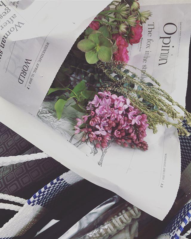 GW前の詰め込み撮影詰め込み編集。今日は作家さんのweb用撮影お花とレフ板と布と小道具があればスタジオを借りずご自宅での撮影も可能!でした。作品や商品撮りの時は 試行錯誤やっていると ついついファインダーに入らないスペースがとっ散らかってしまいます。反省。。 #出張撮影#web用写真#刺繍作家#flower#鎌倉#カタログ撮影 (Instagram)