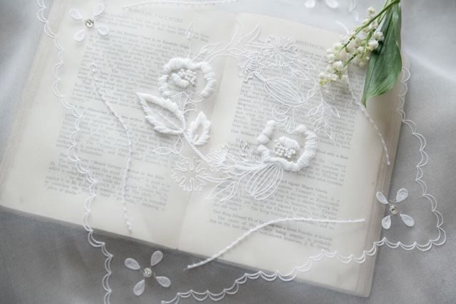 @penelomii フランスの伝統的なオートクチュール刺繍にはスズランがよく合う。#penelomii#オートクチュール刺繍#すずらんの日#フランス#鎌倉#刺繍作家 (Instagram)