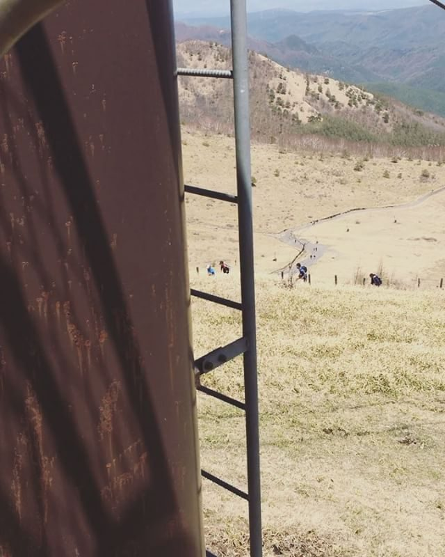 子どもたちのトレイルランの様子をストーリーズにあげたら「どこですか?」という質問をDMでたくさんいただいたので。。長野県の白樺湖の近くにある車山高原です。山頂からは360度のパノラマが広がっていて走り切った後には壮大な景色と達成感を味わえます⛰母はリフトで上がりましたけどね#トレイルラン#長野#白樺湖#車山高原#キッズトレイル#キャンプ#camp (Instagram)