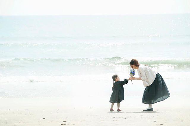 母の日。雨が降り出す前に撮影終わって @leplaisir_leplaisir さんのお店へ行ったらパパとお子さんたちがお花を買いにきたりおんなのこがひとりお金を握りしめてやってきたり外は雨が降り出していたけれどあったかい気持ちになりました。#母の日#出張撮影#bornfreeworks#flowers#mothersday#東京カメラ部#写真撮ってる人と繋がりたい#写真好きな人と繋がりたい#tacktacktack#キッズファッション#湘南#子ども写真#ブレジール#逗子#sea#beach#鎌倉 (Instagram)
