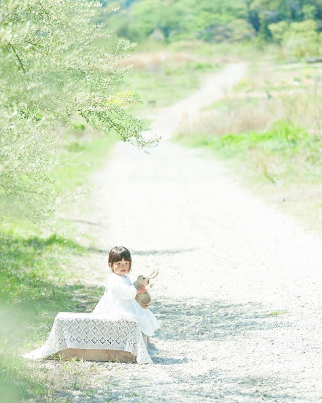 新緑の季節はなぜか ウサコさんの登場率が 高くなります一緒に遊んであげてね♪#アンティーク#アンティーク雑貨#出張撮影#農園#farm#ロケーションフォト#写真好きな人と繋がりたい#写真撮ってる人と繋がりたい#ポートレート#新緑#ハンドメイド子ども服#東京カメラ部#キッズフォト#湘南#葉山 (Instagram)