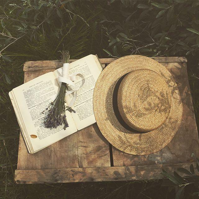 3日連続 農園へ。車で5分 渋滞なしの通勤距離は ありがたい。熱中症になりやすい季節蚤の市に出店されていた @artique0 さんで買った 農園や森にぴったりなアンティークの麦わら帽子 仲間入りです。#はやくも熱中症になりました#アンティーク#出張撮影#ロケーションフォト#葉山#アンティーク雑貨#フランス#ラベンダー#熱中症対策 (Instagram)