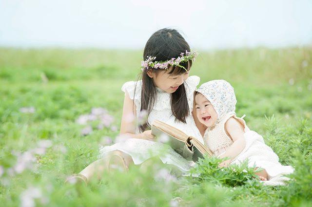 お天気が不安定で風が強くて雲が どんよりと厚く今にも雨が降り出しそうな中での撮影でしたがニコニコ姉妹のまわりはパッと花が咲いたように明るくて 癒されました。 ::衣装スタイリング:: @alku_mi #出張撮影#ロケーションフォト#写真好きな人と繋がりたい#写真撮ってる人と繋がりたい#ig_japan#igkids#babyphotography#コドモノ#入学記念#湘南#葉山#花かんむり#東京カメラ部#子育て (Instagram)