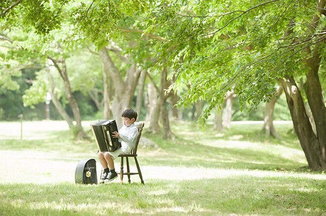 暑い日でも 快適で涼しい風が吹く森。公園の係の方に聞いたら植物の蒸散効果で森の植物たちが「冷」を生み出すメカニズムのおかげで夏でも2〜3度 気温が低いようです。#出張撮影#入学記念#写真好きな人と繋がりたい#写真撮ってる人と繋がりたい#東京カメラ部#ファインダー越しの私の世界#ロケーションフォト#summer#湘南#湘南ウェディング#七五三#逗子#子ども写真#kidsphotography#キッズモデル#igkids (Instagram)