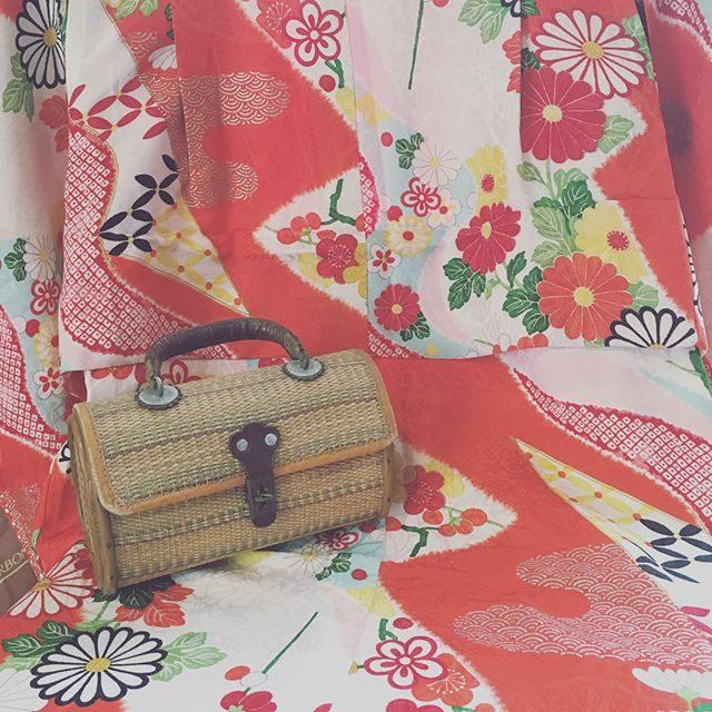 撮影後に立ち寄った大江戸骨董市での戦利品。七五三のご予約が多くなってきたので七五三用のものばかり 探していました。3歳用のお着物とフランスからやって来た 小さなバッグ。こけしを見過ぎて疲れた頃に出会った北欧っぽいこけし。お着物には アルクウミさんのお被布や作り帯を合わせる予定です。 (Instagram)