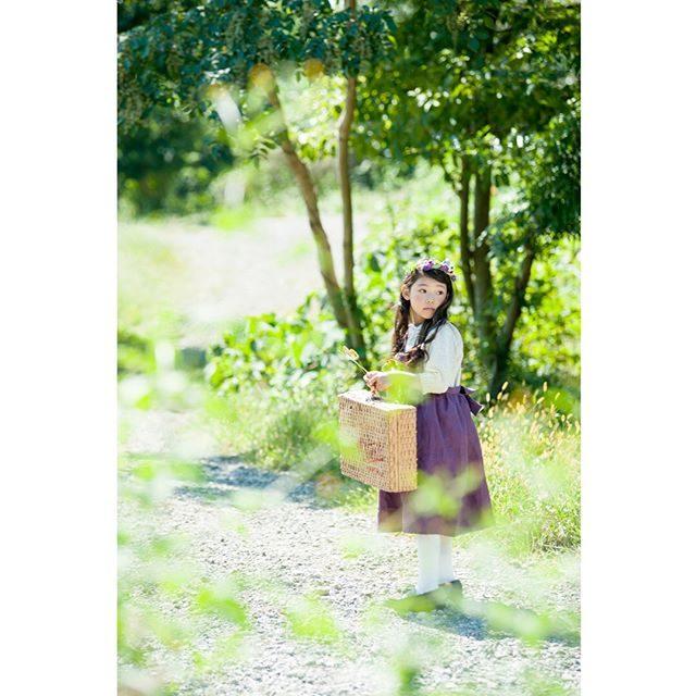 @alku_mi さんが仕立てたぶどう色のワンピース自然の中に良く映えます。お客様から以前に仕立てたお洋服のサイズ違いでのご希望でした。姉妹でお揃いや 色違いもきっと 可愛い♪一点一点手づくりされる衣装毎回 本当に楽しいです。#出張撮影#ロケーションフォト#ハンドメイド子ども服#kidsfashon#写真好きな人と繋がりたい#写真撮ってる人と繋がりたい#東京カメラ部#湘南#葉山#逗子#kidsphotography#お誕生日記念#アンティーク雑貨#ig_japan#七五三3歳 (Instagram)