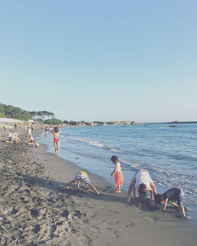 撮影終わって 今日はさすがに汗だくだったので夕涼みに誘ったらついて来てくれた子たち。夕日と富士山が美しい#夕涼み#海開き#葉山#sunsettime#sunset#beach (Instagram)