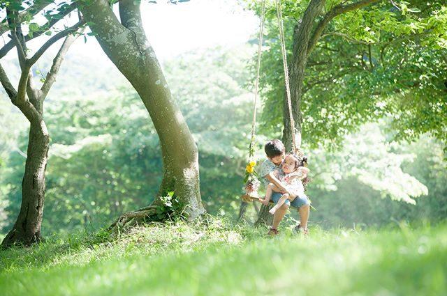 お兄ちゃんと一緒に森のブランコ。ママは 座ってる風でプルプル頑張ってた。#そんな風に見えないのがさすがであります#手づくりブランコ#お花ブランコ#出張撮影#ロケーションフォト#写真好きな人と繋がりたい#写真撮ってる人と繋がりたい#子育て#湘南#葉山#summer#お誕生日記念#3歳#小児医療#kidsphotography#子育て#コドモノ#nikon (Instagram)