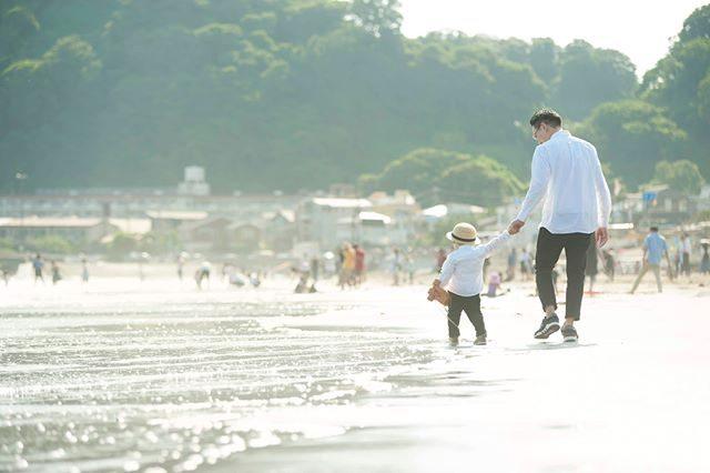 生まれてはじめての海パパと手を繋いではじめて 波打ち際を歩いたこと「かわで あそぼう」と 海を見て 川と言ったこと写真の中に思い出や 言葉も残せるようにファインダー越しから静かに 家族を見守る時間。#出張撮影#家族の思い出#子育て#コドモノ#ロケーションフォト#鎌倉#由比ヶ浜#beach#firsttime#写真好きな人と繋がりたい#写真撮ってる人と繋がりたい#子ども写真#親バカ部#kidsphotography#ig_japan#湘南#東京カメラ部 (Instagram)
