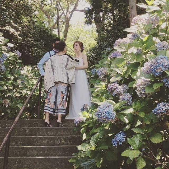 メイクをしないのでヘアメイクのことは全くわからないけれど@miccakanzaki さんのヘアメイクは 写真で撮ると明らかに何かかが全く違うのが撮った瞬間 すぐにわかるんです。まるで魔法使いの技に画面で確認するといつもと同じ機材なのに鳥肌が立ちます。#wedding#出張撮影#ヘアメイク#ロケーションフォト#gardenhouse#鎌倉ウェディング (Instagram)