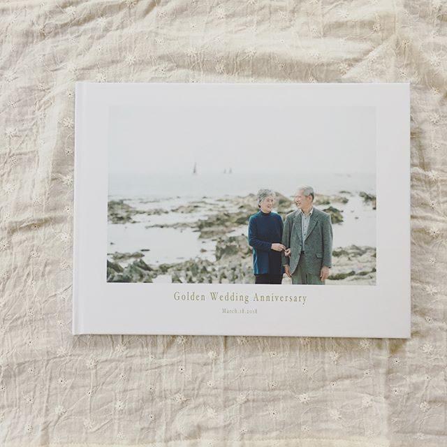 午前と午後の部の習い事隙間時間に山積みブックの梱包作業金婚式のブックを検品しながらこんな風に 歳を重ねたいなぁとしみじみ。海を背景に大家族の写真を残したりお孫さんたちの成長記録も一冊に込めました。#金婚式#金婚式お祝い#家族写真#子育て#プレゼント#goldenwedding#葉山#湘南#逗子#ig_japan #photobook (Instagram)