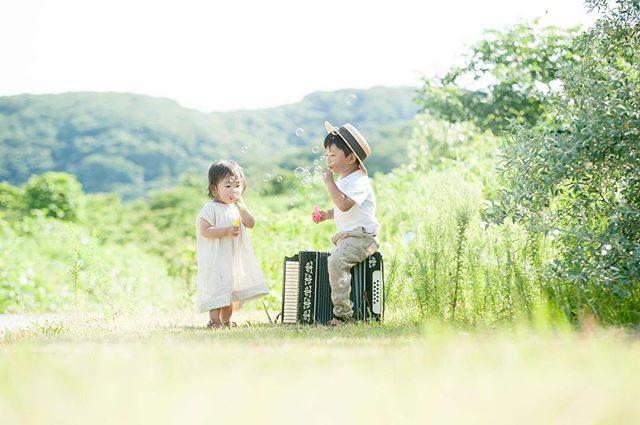 8月。猛暑で毎日暑いけれど写真を見返すとホッとできるようなものがたりを 残せたらと。子どもたちが 夏休み中なのと今年は 暑すぎるため8月いっぱいまで ミニ撮影にて対応させていただいています。今日も朝の緑いっぱいの公園は風が心地よく子どもたちも元気いっぱい撮影できました。#出張撮影#ロケーション撮影#夏#夏休み#家族写真#summer#ig_japan#子供写真#kidsphotography#子育て#葉山#湘南#写真好きな人と繋がりたい#写真撮ってる人と繋がりたい#コドモノ#夏#8月#3歳#kidsfashion (Instagram)