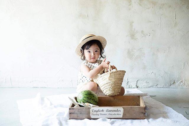 季節外れになる前に。。スイカ涼しくなって 子どもたちも宿題に追われ始めたのでやっと 現像のペースが上がり始めました。#出張撮影#夏の終わり#スイカ#アルクウミスタイリング#ハンドメイド子ども服#夏休み#コドモノ#写真好きな人と繋がりたい#nikon_photography_ #ig_japan#kidsphotography#2歳#バースデーフォト#鎌倉#湘南#キッズモデル (Instagram)