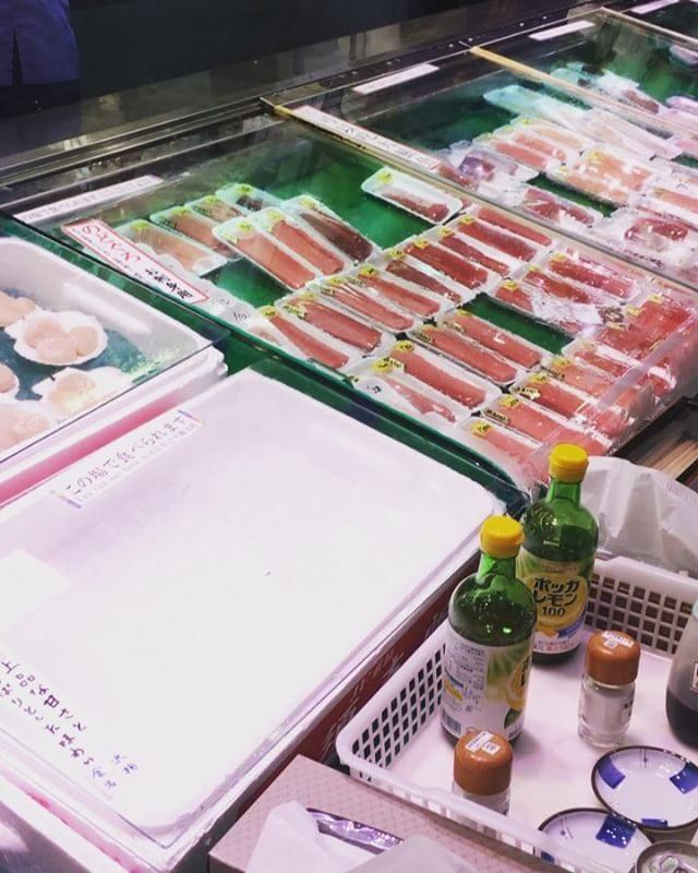 小学6年生と行く近江町市場で食べ歩きツアー海鮮丼屋さんはどこも行列につき烏龍茶のカップ片手にイートインできる刺身屋さんでお刺身 お寿司 焼き魚 串焼き食べ続けること かれこれ 2時間。。大トロよりも のど黒の炙り刺身にはまり食べまくっているけれど私はFuta-rokuさんのゆば串と 豆乳甘酒は絶品と思う。#近江町市場#刺身#futaroku#金沢#食い倒れ#のど黒 (Instagram)