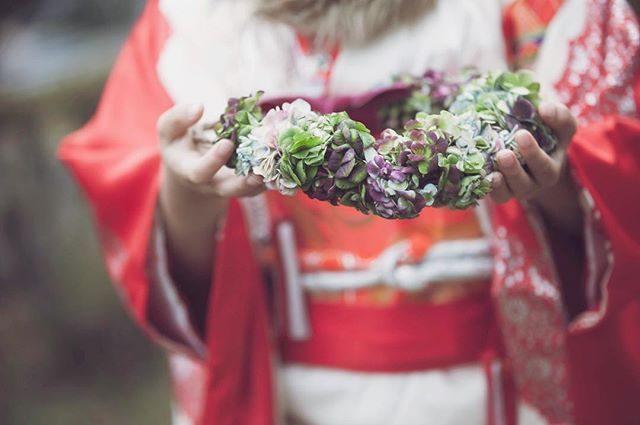 ご家族の大切な記念の1日に「お祝い花」を。@leplaisir_leplaisir さんのお花と一緒に綴る七五三のものがたり。早いもので 今シーズンで3年目を迎えます。お子様のお着物の色やお顔の雰囲気 撮影場所でイメージして作ってくれるので同じ作品は ありません。やっと シーズン目前にして時間ができたのでwebの方で お花と一緒にものがたりの記録を綴り始めました。#お祝い花#leplaisir#ブーケ#七五三撮影#ロケーション撮影#出張撮影#七五三#写真好きな人と繋がりたい#写真撮ってる人と繋がりたい #葉山#コドモノ#記念日#湘南#kidsphotography#kimono#着物#和装撮影#kidsphotography (Instagram)