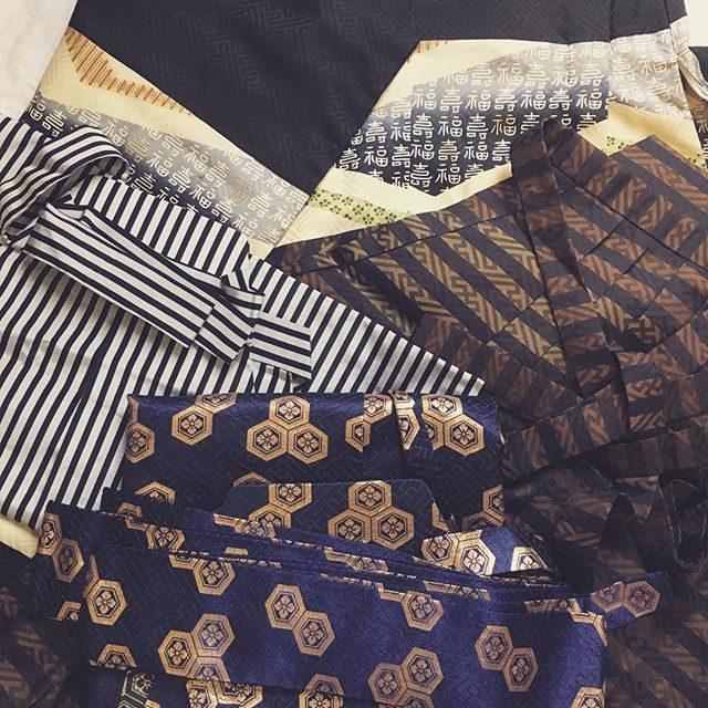 ランチの後にフラッとなんとなく立ち寄った古布屋さん。「福」がいっぱい並んだ5歳用正絹の羽織に一目惚れ。セットで袴がなんと3枚もついてきてとってもお買得だったのでもう一セット買ったら紬のストールをおまけでつけてくれてルンルンで帰りました♪そんなわけで ご希望の多かった男の子のレンタル袴とても良い状態で一気に充実しております。そして「白と海の写真館」はご予約いっぱいになりました。ありがとうございます!#素敵なご夫婦に感謝#福が来た#レンタル着物#鎌倉#葉山#出張撮影#ロケーションフォト#七五三撮影#古道具#アンティーク#アンティーク着物 (Instagram)