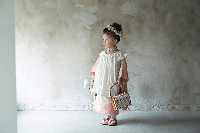 @alku_mi さんの七五三スタイリング。和裁も学び始めたアルクウミさん。大人のお着物を3歳用に仕立て直しちゃいました。花かご、花かんむりも作っちゃってどんどん進化している!そんな世界観に寄り添って一緒にものがたりを作りお子様の記念をお祝いする時間が本当に幸せなのです。こちらのレンタル着物は基本アルクウミさんの店内撮影のみでロケーション撮影セットはリピーターさんのみのサービスとなっております。#出張撮影#アンティーク#アンティーク着物#和裁#お被布#レンタル子供着物#鎌倉#写真好きな人と繋がりたい#写真撮ってる人と繋がりたい #七五三#3歳七五三#七五三前撮り#kidsphotography#キッズモデル#花かんむり#湘南 (Instagram)