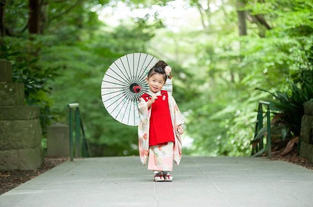 どんどん増える@alku_mi さんのお被布シリーズ。新作はぐるりと一周回って 赤。ベロア生地で クラシカルな雰囲気が鎌倉のお寺に良く映えます。レンタルお被布ご希望の際は 撮影時に何枚か持っていきますので選んでくださいね♪#七五三#鎌倉#出張撮影#ロケーションフォト#写真好きな人と繋がりたい#写真撮ってる人と繋がりたい#ハンドメイドこども服#ママリ#コドモノ#kidsphotography#kidsphoto#kimonogirl#ig_japan#igersjp#ig_kids#湘南#子供写真#3歳七五三#3歳#ハンドメイドお被布#アンティーク着物 (Instagram)