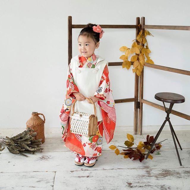 こちら イトフォトグラフィでの三歳女の子レンタル着物になります。料金は5,000円で肩上げ裾上げは別途料金が必要となります。お被布は @alku_mi さんの作品でどんどんバリエーション豊富になっております♪#レンタル着物#レンタル衣装#三歳七五三#アンティーク着物#ボーンフリーワークス#七五三撮影#七五三#出張撮影#写真好きな人と繋がりたい#写真撮ってる人と繋がりたい#kimono#ハンドメイド子ども服#お被布#湘南#葉山#鎌倉#ig_japan#キッズモデル (Instagram)