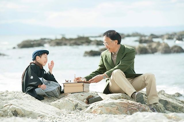 七五三のご記念。おじいちゃんと一緒に笑い合った楽しい時間も一緒に♪#七五三#出張撮影#ロケーションフォト#森戸大明神#森戸神社#葉山#湘南#写真好きな人と繋がりたい#写真撮ってる人と繋がりたい#ファインダー越しの私の世界#親バカ部#おじいちゃん#ig_japan#kidsphotography#beach#sea#着物#5歳#キッズモデル#トリッカアニバーサリー (Instagram)