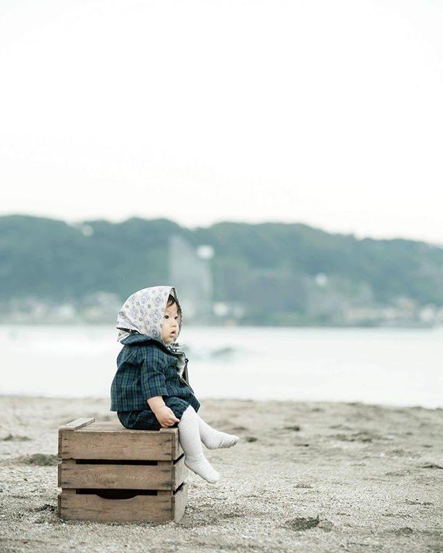 はじめての海にココロ 奪われ中。@alku_mi さんとの白と海の写真館にて。#出張撮影#bornfreeworks#ハンドメイド子ども服#子ども服#kidsphotography#コドモノ#1歳#写真好きな人と繋がりたい#ファインダー越しの私の世界#ig_japan#beach#sea#autumn#秋#ママリ#鎌倉 (Instagram)