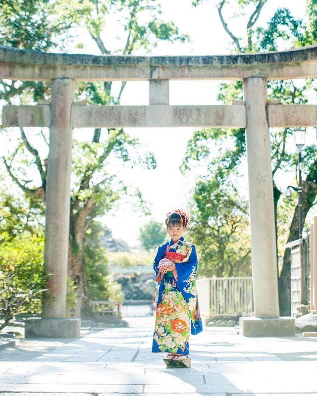 撮影中は 基本 草履ですが娘の七五三で履かせた ぽっくり下駄たくさんのお祝いに使っていただいています。日本髪とぽっくりさんの組み合わせが好きです。#日本髪#ぽっくり下駄#出張撮影#七五三#ロケーションフォト#写真好きな人と繋がりたい#写真撮ってる人と繋がりたい#鎌倉#湘南#着物#七五三撮影#七歳#kidsphotography#ig_japan#igersjp#鶴岡八幡宮 (Instagram)