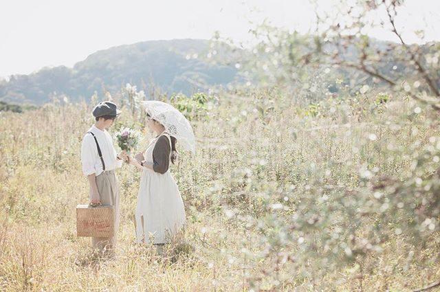 結婚1周年記念。結婚式の日のためにお母さんが作ってくれたブーケと一緒に#結婚記念日#ロケーションフォト#weddinganniversary#出張撮影#写真好きな人と繋がりたい#写真撮ってる人と繋がりたい#ig_japan#wedding#前撮り#記念撮影#記念日#farm#湘南#神奈川#まだまだ#新婚 (Instagram)
