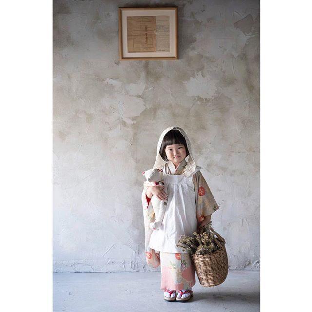 ALKU'MIスタイリングの七五三1番人気のお着物は@alku_mi さんが大人着物から仕立て直した 子ども着物。七歳の着物は成人式の振袖を仕立て直したくて♪と 話す彼女と一緒に 「つくりだすこと」について話し合う時間が とにかく楽しくてワクワクするのです。アルクウミさんのレンタル着物は店内撮影のみとなります。リピーターさんは 別途ご相談ください。#出張撮影#ハンドメイド着物#写真好きな人と繋がりたい#写真撮ってる人と繋がりたい#ファインダー越しの私の世界#アンティーク#七五三#七五三撮影#三歳#三歳七五三#鎌倉#レンタル着物#アルクウミスタイリング#湘南#子育て#ママリ (Instagram)