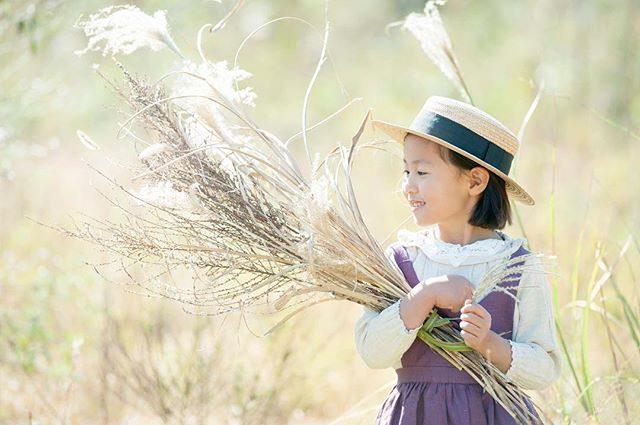 ススキを束ねてみたりロシアンオリーブで冠をつくったり農園で生まれるママさんのアイディアも一緒に取り入れて♪#出張撮影#ロケーションフォト#写真好きな人と繋がりたい#ig_japan#ママリ#子育て#湘南#コドモノ#kidsphotography#autumn#アンティーク#葉山#神奈川#ハンドメイドこども服#キッズモデル (Instagram)