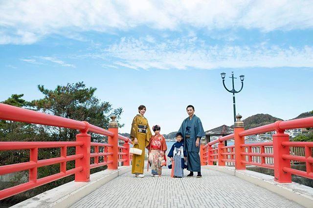 ご記念の日の 空の色や海の色家族みんなで過ごす時間を大切にしています。着付け: @koyuki_kikuchi #出張撮影#ロケーションフォト#七五三#森戸神社#森戸大明神#七五三撮影#ig_kids#familyphoto#家族写真#写真好きな人と繋がりたい#ig_japan#着物#kimono#葉山#湘南 (Instagram)