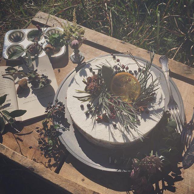 ご結婚記念日のお祝いのケーキ「ネイキッドケーキ」をご希望されて一体どんなの なのだ!?とオロオロとしていたところに来週七五三で撮影予定のパパさんが フランス料理のシェフママさんが ウェディングプランナーというお客様に助けていただき無事 ご用意できました!撮影前に 私の方が先に お世話になっちゃって。。ご縁とご縁がつながって一緒にものがたりづくりができるのはこの土地ならでは なのかなぁと もう 感謝の気持ちでいっぱいです。ご結婚1周年ということで 1段のケーキ。2段 3段 。。とどんどん積み重なるケーキでお祝い素敵です♪#ネイキッドケーキ#出張撮影#lavie#森のピクニック#結婚記念日#ロケーションフォト#ピクニック#picnic#お誕生日記念#葉山#鎌倉#ケーキ (Instagram)