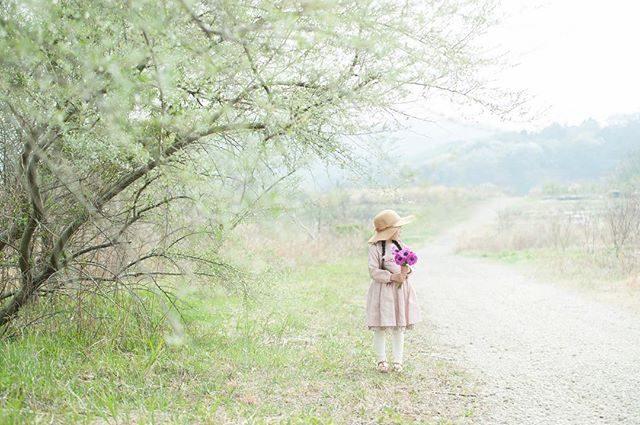「季節のお花と 一枚の写真」企画 in 山梨2/8 @kamakura_coworking_house さんと一緒に山梨の廃校 大須成小学校へ行きます。滞在中 半分の時間は山梨の作家さんたちと打ち合わせ。もう半分の時間で 撮影会を行いたいと思います。 **:::撮影内容::: @leplaisir_leplaisir さんの 季節のお花 / 3,000円(撮影後はお持ち帰りいただけます)撮影料 / 2,000円(データ3カットと2Lプリント1枚)追加データ料 1枚/800円(事前にご希望枚数をお伝えください)送迎交通費 / お一人 2,000円(撮影後にさんのお手伝いをしていただける方はお値引き有り)ピカピカのランドセルや制服のお持ち込み大歓迎です。ミモザと一緒に お子様の成長のキロクの1枚を♪旅程: 2/8 9:30 カマクラコワーキングまたは鎌倉駅お迎えー出発山梨滞在 約2時間17:00 鎌倉到着(グループでお車乗り合わせて来ていただくことも大歓迎です。連休前ですので宿泊も兼ねての場合はご相談ください)撮影料は今回の企画のみの価格で通常は5,000円となります。GWに 宿泊プラン付きのスライドショー撮影を企画しておりましてイメージサンプル用の撮影モデルさんをお願いする可能性がありますのでwebなどでのご紹介が可能な方のみご参加ください。お問い合わせ、ご予約はDMまたはHPのコンタクトフォームよりお願いします。 (Instagram)