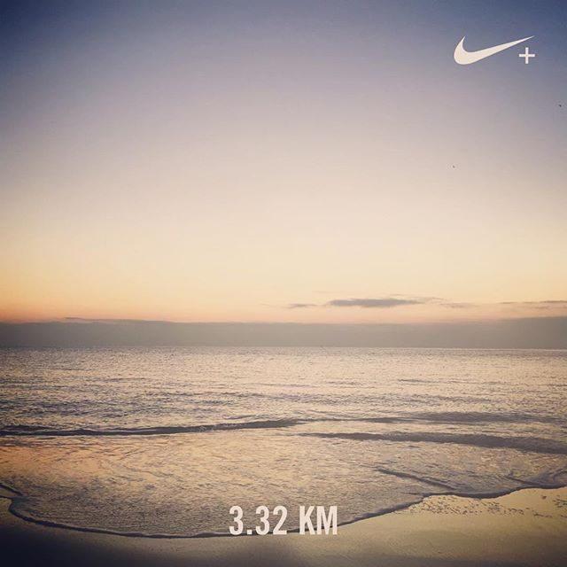 雨が止んで 海まで♀️片道1kmもなかったのでひたすら海辺を行ったり 来たり。結構走ったつもりだったけれどもあれ。。3km。。距離の感覚がわからない。。 #目標は5km#ジョギング#雨上がり#さっきの空#海辺#ビーチラン#hayama#走った記録 (Instagram)