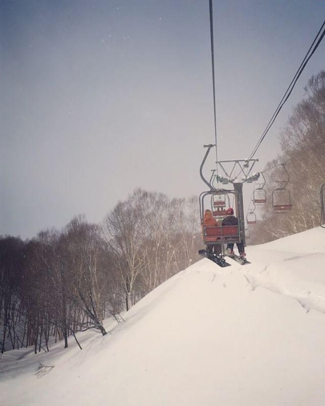 始発で行く弾丸新潟日帰りツアー。8時過ぎに到着して昼食時以外 ほぼノンストップ。子連れではないスノーボードはかれこれ20年以上ぶりだというのにiPhone 全然出して撮ってない。。#パパさんたち本当にありがとう#かぐらスキー場#パウダー#ふかふか#弾丸日帰りツアー#子育て#お休み#スノーボード#新潟 (Instagram)