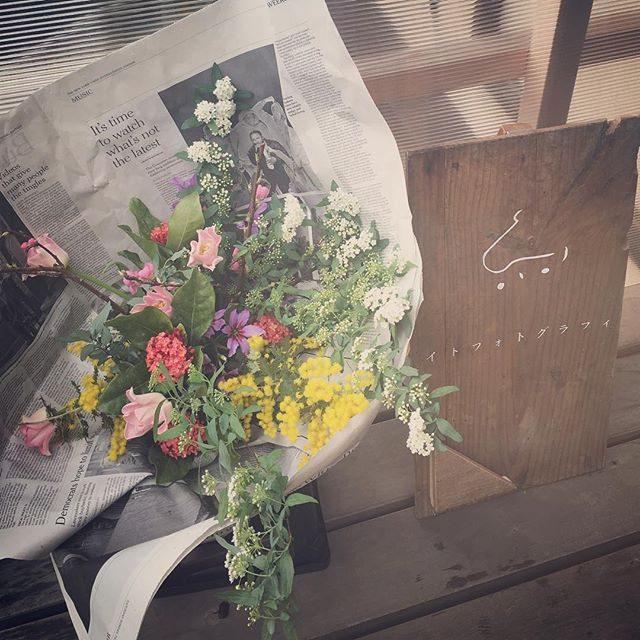 @leplaisir_leplaisir さんの季節のお花と一枚の写真プラン。グループ撮影になるとお花も華やかです。こちらは2家族分合わせた初節句のお祝い花可愛らしいお雛様をお持ち込みされていました。#出張撮影#初節句#桃の花#ひな祭り#卒園#卒業#入学#入園#ミニ撮影 (Instagram)
