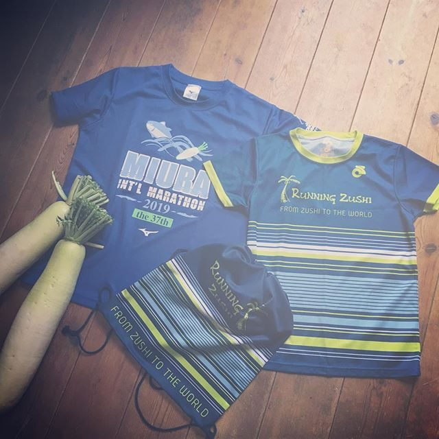 土曜日は @runningzushi ジュニアチームで駅伝大会日曜日は お父さんと一緒に三浦マラソンに参加した息子。駅伝大会では ステキな巾着リュックをマラソン大会では大根とTシャツをいただき三浦Tシャツは私にプレゼントなんだそう。要するに 大根とマグロのTシャツを夫婦ペアルックで着ることになるということだね。#三浦国際市民マラソン#ペアルック#三浦大根#今日は豚バラブロックの大根煮#明日は大根たっぷりキーマカレー#大根週間#マラソン#runningzushi#ランニング逗子 (Instagram)
