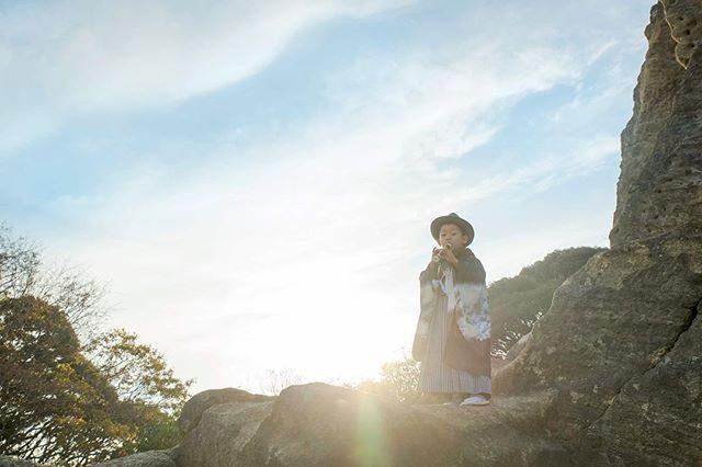 思い出の場所で記念を残そう!「登山編」初めての親子トレイルランニングの大会に出場した場所にて。下山と日照時間のことを考えていなくて道に迷い 暗い中 下山した新たなオモイデと一緒に⛰一度も泣かずに ぴょんぴょんと山を駆け上り真っ暗な中での沢登りもへっちゃらだった男の子彼の未来が とっても楽しみ!ロケーション撮影の申請許可につきまして葉山町以外の場所は基本 お客様の方で手配をお願いしております。#出張撮影#葉山#ロケーションフォト#写真好きな人と繋がりたい#七五三#5歳#登山#ハイキング#コドモノ#キッズモデル#七五三前撮り#ig_japan#nikon#自然育児#レンタル着物#湘南 (Instagram)