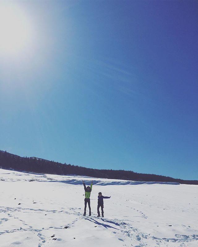 息子 小学生最後に選んだレースは「爆雪RUN」in 嬬恋アサマ2000のスカイレースと同じシリーズの 第1戦。トップでゴールを切る直前スカイランナー 松本大さんの「強い!」という言葉がとっても嬉しかったようです。中学生になっても 葉山の山でトレーニングを積んで出場できるスカイレースにはどんどんチャレンジしたいそうで♂️🏔次は 上田バーティカルレースかな!そして私は 大会を撮影するフォトグラファーさんの走るカメラワークと表彰台に上がった息子の足元が裸足にスリッパ姿だったことに釘付けでした。#靴下はいてよ#爆雪RUN#スカイランナー#スカイランナージュニアシリーズ#嬬恋#トレイルランニング#卒業記念#松本大さん#ジュニアトレイル (Instagram)