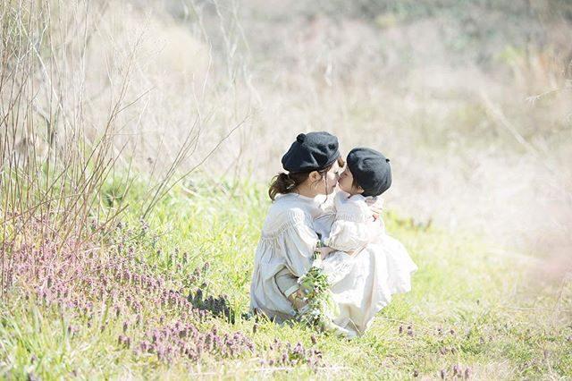 春。@_apricot.life さんのtacktacktack。着るお子様の雰囲気に寄り添い 引き立ててくれるお洋服。風景と被写体 そしてヒトオリ ヒトオリ 丁寧に縫う 彼女の想いと心も一緒に ものがたりを綴ります。#出張撮影#ロケーション撮影#湘南#tacktacktack#ハンドメイド子ども服#キッズモデル#kidsphotography#コドモノ#ハンドメイド#写真好きな人と繋がりたい#写真撮ってる人と繋がりたい#春#親子#kidsfashon#入園 (Instagram)