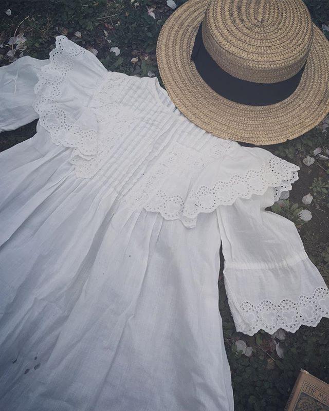 湘南蚤の市で出逢ったヴィンテージの子ども服。ベビー服もたくさんありどれもこれも可愛すぎて選びきれず。。とりあえずは今週末撮影の女の子が着れそうなサイズ感のワンピースを連れて帰ることに。3ー4歳の女の子用になります。農園や森で着てもらえたらと♪ヴィンテージのベビードレスもこれまたサイズ感がわからないため撮影の際に着てくれるベビちゃんいましたら是非!@brocante_icaco のイカちゃんセレクトの古いものたち全部 ツボでしたー#ヴィンテージ子ども服#アンティーク#蚤の市#湘南蚤の市#出張撮影#レンタル衣装#キッズモデル#ベビードレス#葉山#ブロカント (Instagram)