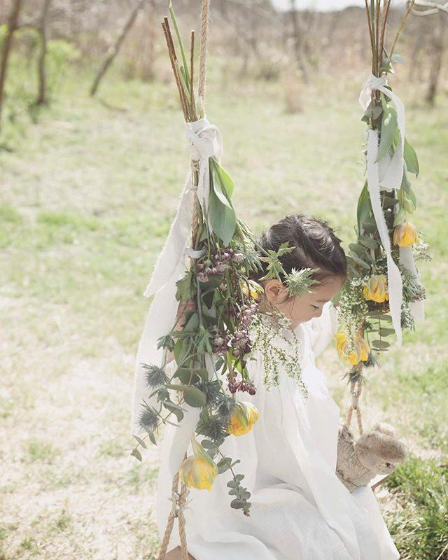 お花のブランコ。追加料金にはなりますがお花のボリュームがあった方が見栄えがよく@leplaisir_leplaisir さんが現場に出張して アレンジするとバランスも よいです。今日も お花ブランコお天気晴れてくれて よかった️ #お花ブランコ#bouquet#お誕生日のお祝い#出張撮影#ロケーションフォト#写真好きな人と繋がりたい#kidsphotography#コドモノ#spring#tacktacktack#ハンドメイド子ども服#birthdayphoto#lovery#湘南#ゴールデンウィーク (Instagram)