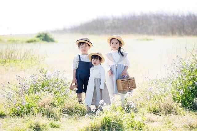 3人きょうだいビシッと揃ってニッコリ♪ もいいけれど自然体な感じもこれまた いい。@alku_mi さんの衣装3人で着ると 可愛らしさも 3倍!#みんなちがってみんないい#ロケーションフォト#出張撮影#ハンドメイド子ども服#アンティーク#アルクウミスタイリング#葉山#キッズフォト#コドモノ#さんにんきょうだい#kidspgotography#写真好きな人と繋がりたい (Instagram)